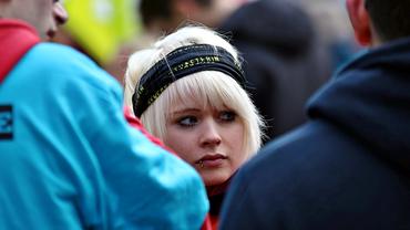 Junge Frau aktiv mit Stirnband Gewerkschafterin
