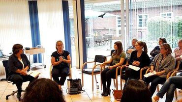 Frauen Hamburg, Klausur Undeloh, Aug 2017 (Diskussion mit Hannelore Buhls, Gleichstellungscheck Parteiprogramme)